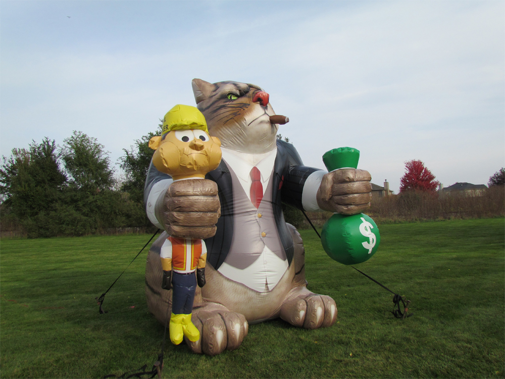 The 'fat cat' balloon squeezes a money bag in one paw and a union worker in the other. (Courtesy Big Sky Balloons & Searchlights)
