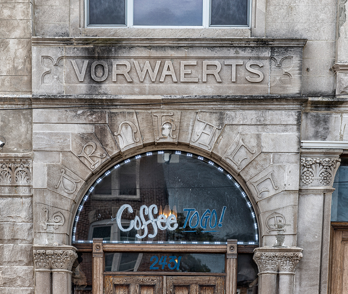 Vorwearts above the door