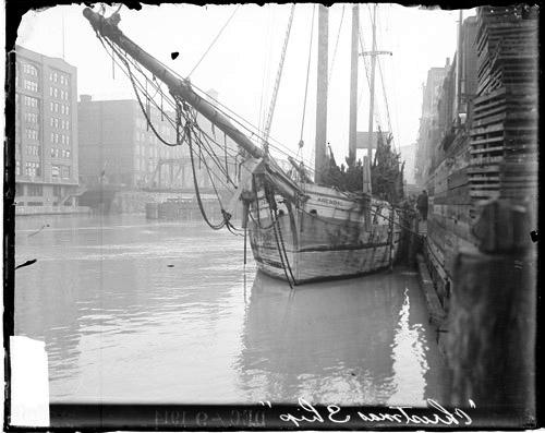 A schooner docked in Chicago unloads Christmas trees from Michigan in 1914. (Courtesy Chicago History Museum, Ref. DN-0063691)
