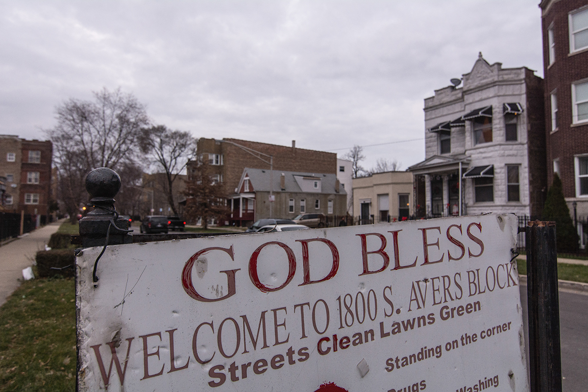 A sign that reads 'Welcome to 1800 S Avers Block' stands at the entrance of the block in North Lawndale, the neighborhood where the restorative justice court operates. (Sebastián Hidalgo/City Bureau)