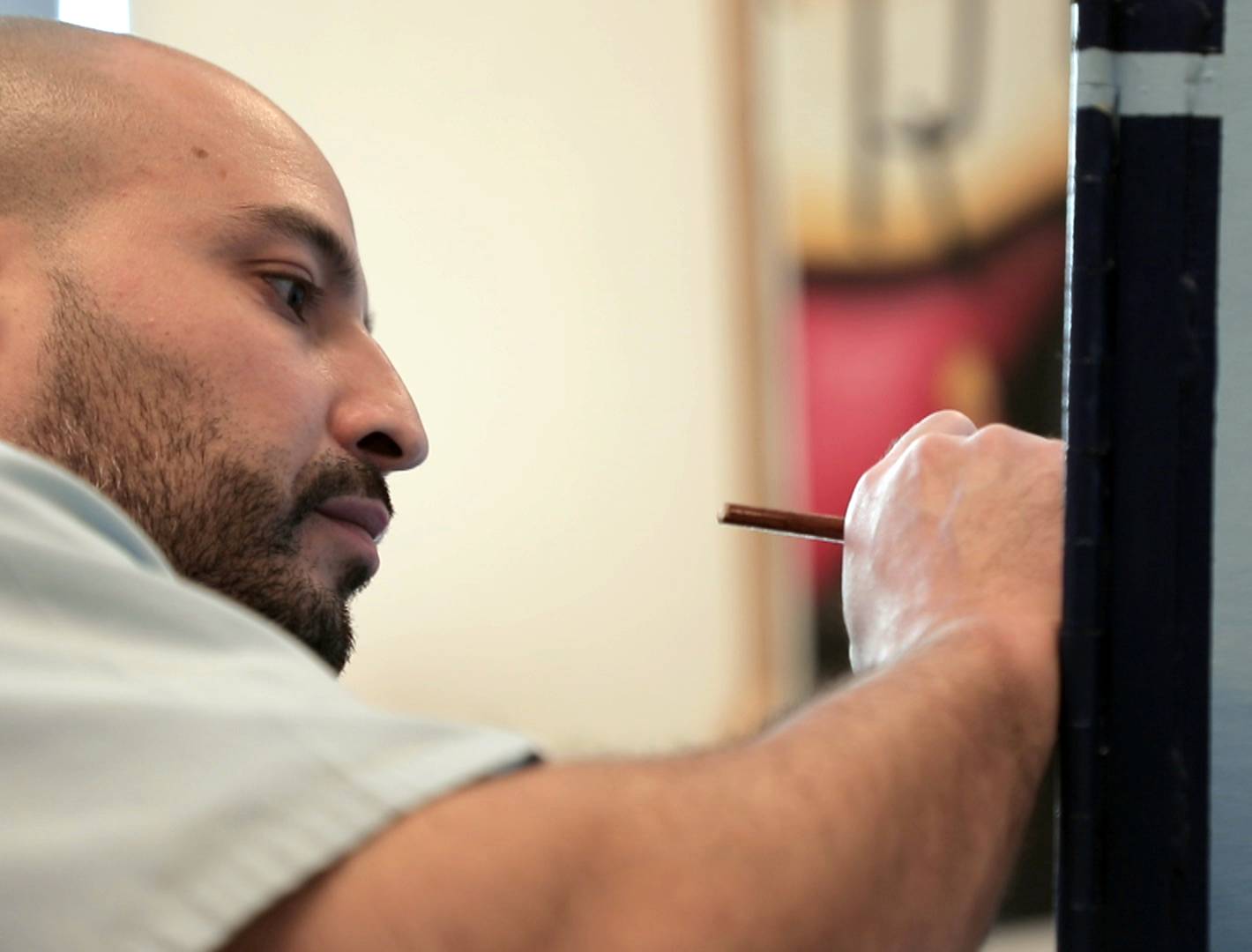An inmate at Kewanee Life Skills Re-Entry Center paints in the art studio on March 13, 2018. (WBEZ/Andrew Gill)