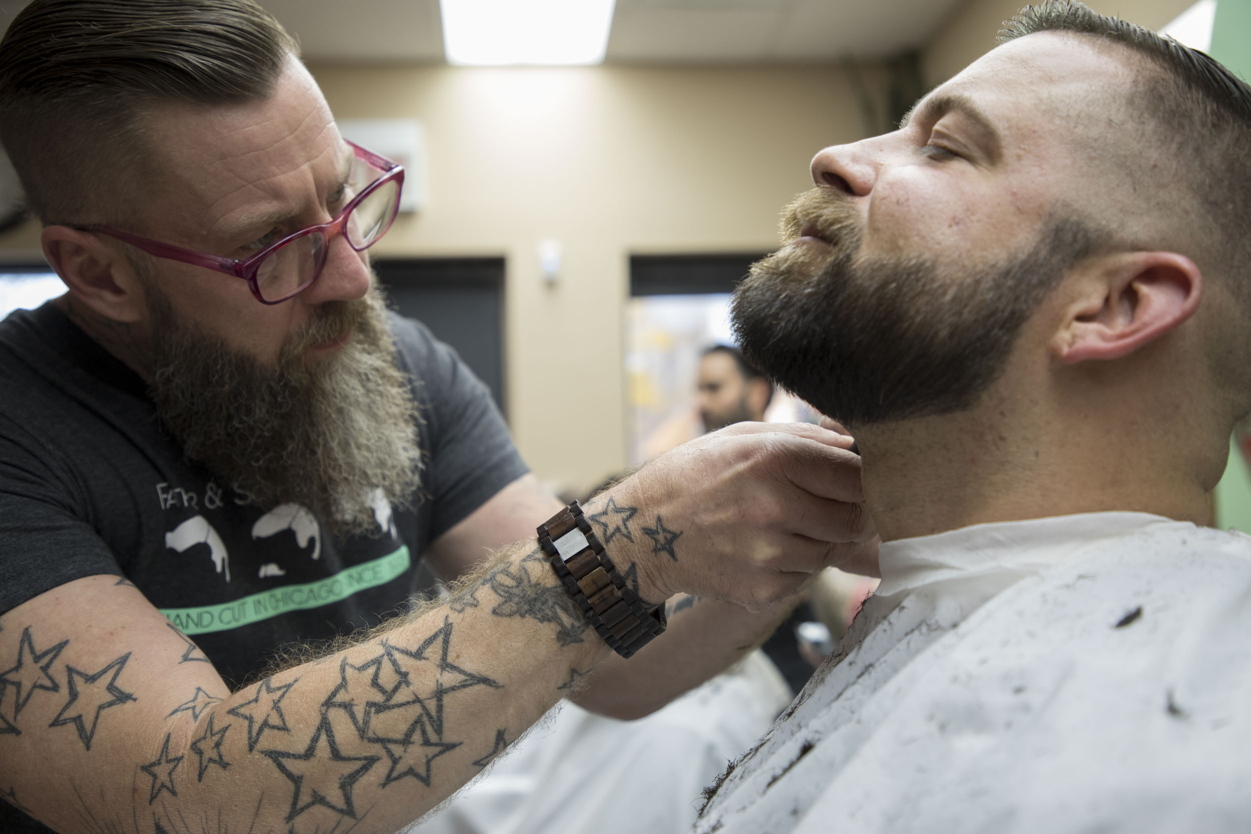 Mitch Koonce trims Kyle Wood's beard. (Andrew Gill/WBEZ)