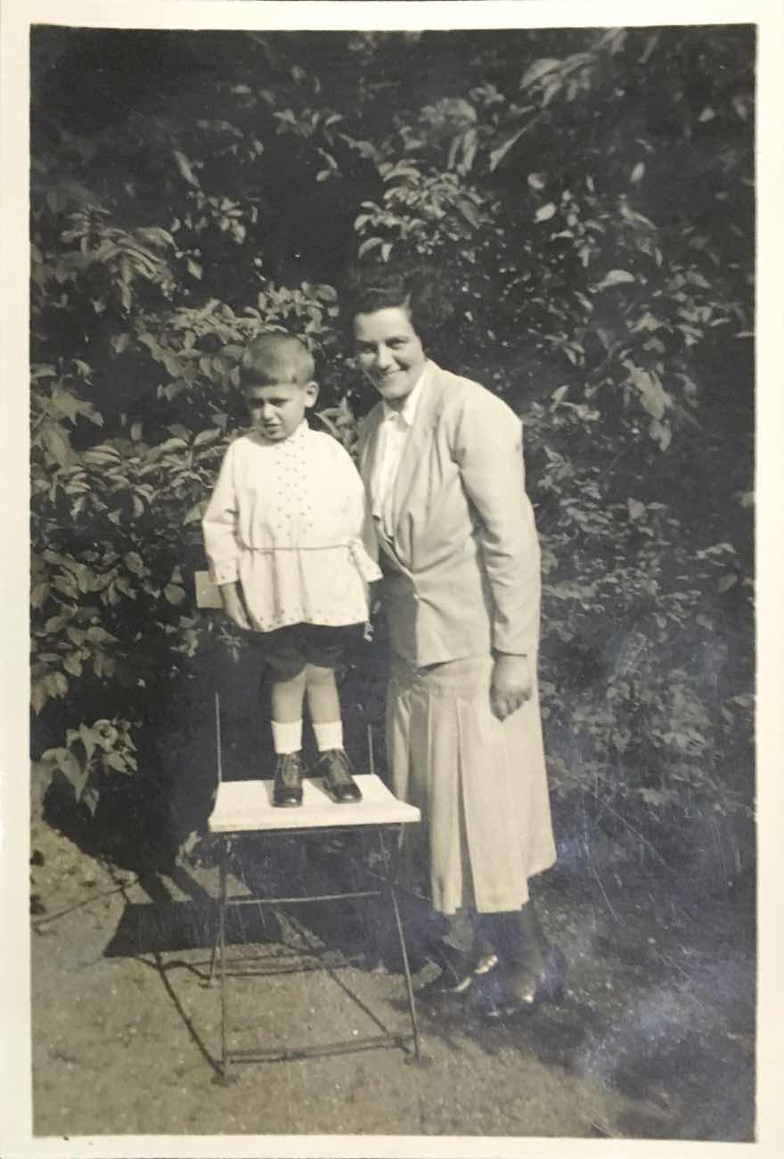 Holocaust survivor George Levy Mueller as a child with his mother, Lucie.