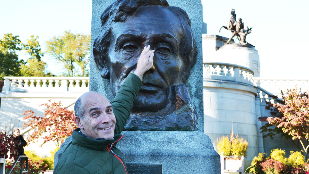 Geoffrey Baer rubs Abraham Lincoln's nose in Springfield, Ill. (Courtesy of WTTW)