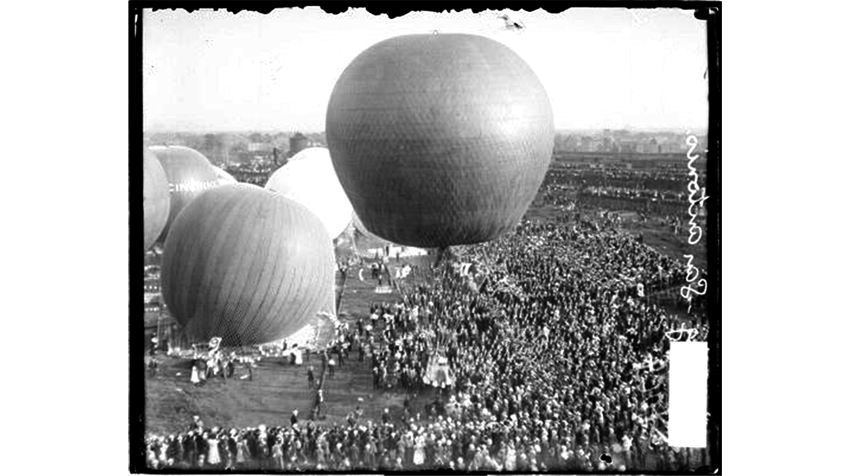 Hot-air balloon San Antonio hovering above a field in Chicago during a balloon race held on July 4, 1908. Click to see more archival photos of Chicago ballooning. Source: Chicago History Museum, SDN-054009)