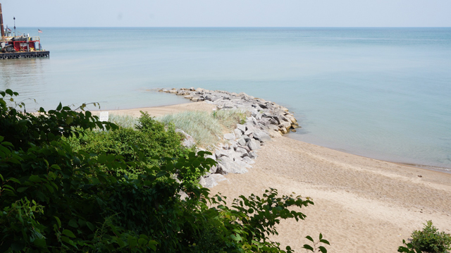 Private beach construction (left) along a stretch of the Lake Michigan shoreline near Highland Park. (WBEZ/Laura Pavin)